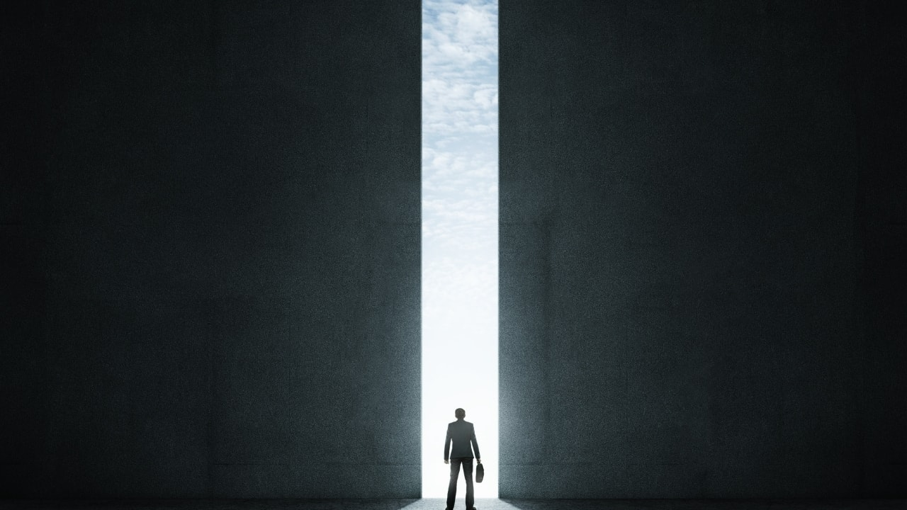 ドアから光が差し込んでいる画像