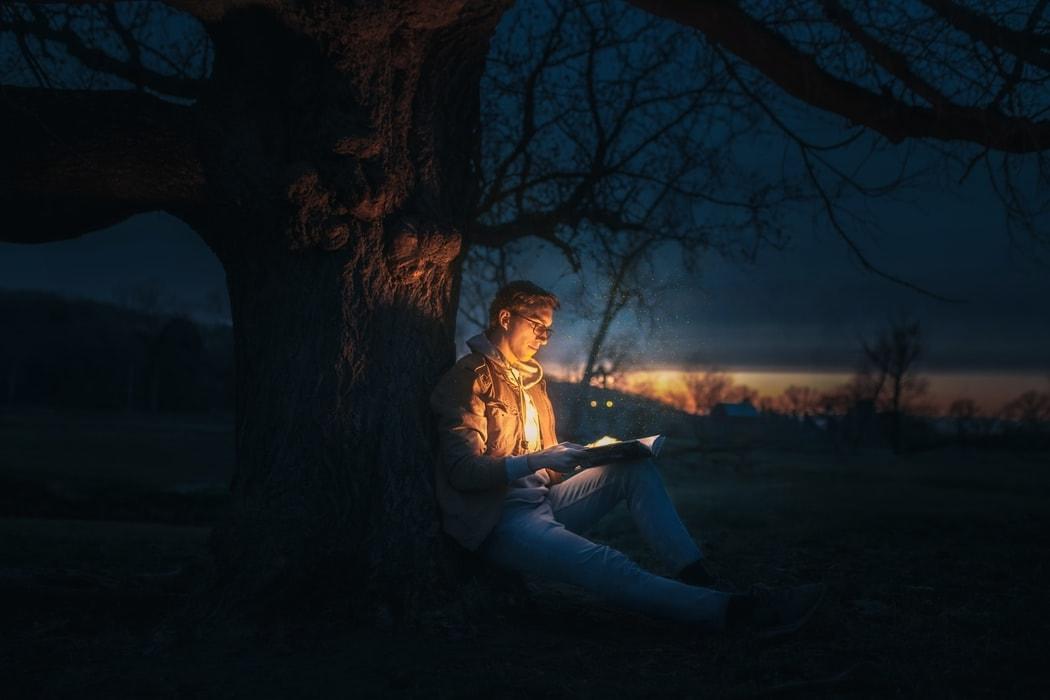 本を読んでいる画像