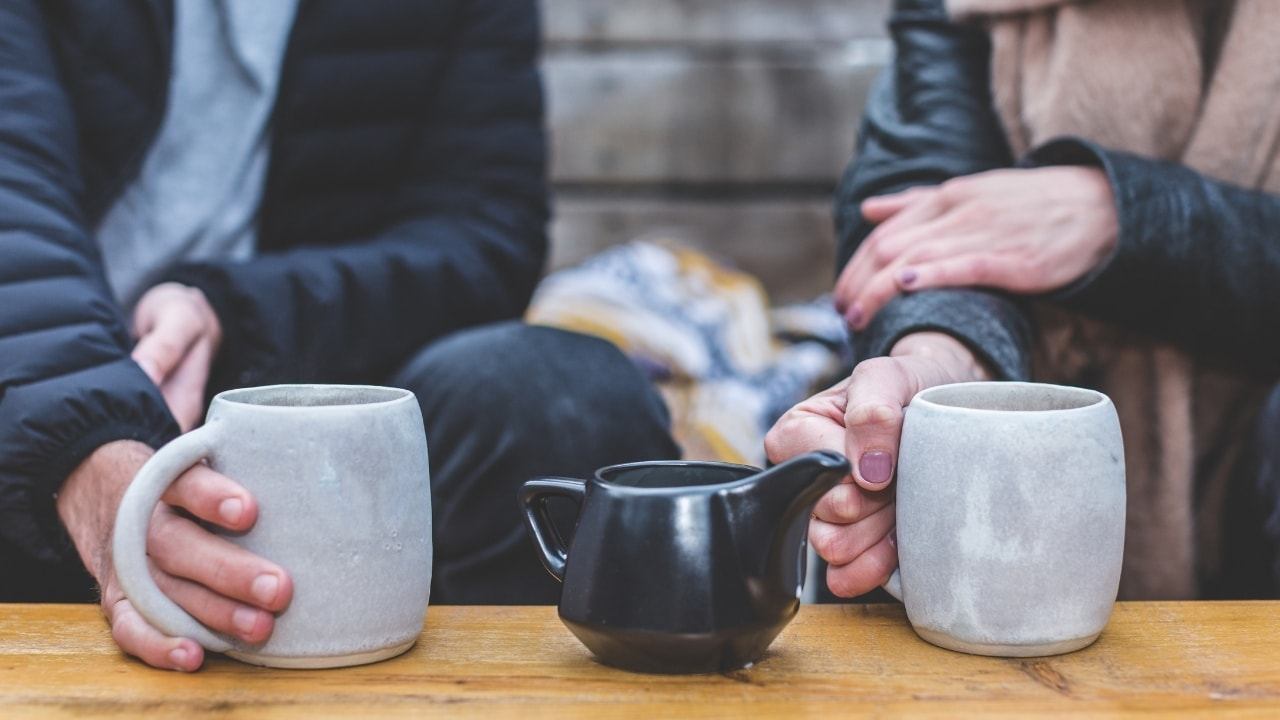 カフェで会話をしている画像