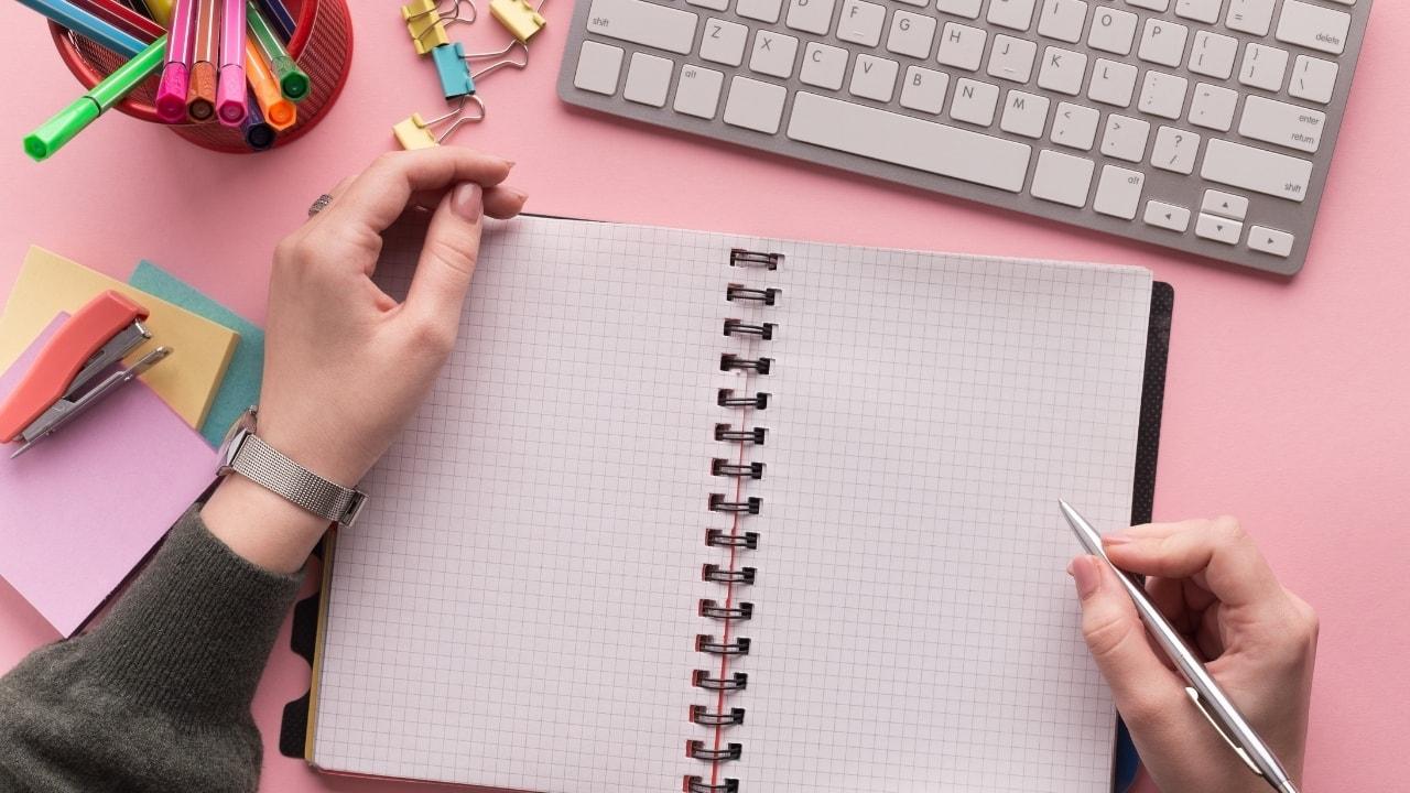 メモ帳とペンの画像