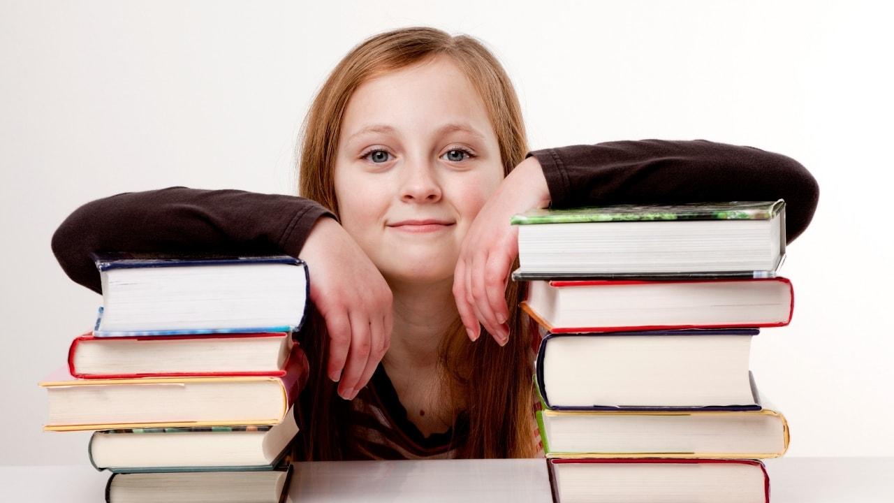参考書・問題集と女の子の画像2